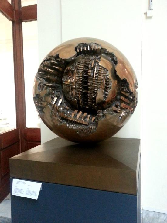 as-esculturas-de-arnaldo-pomodoro-em-roma-6
