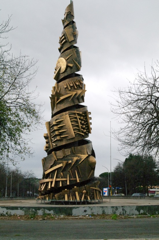 as-esculturas-de-arnaldo-pomodoro-em-roma-9