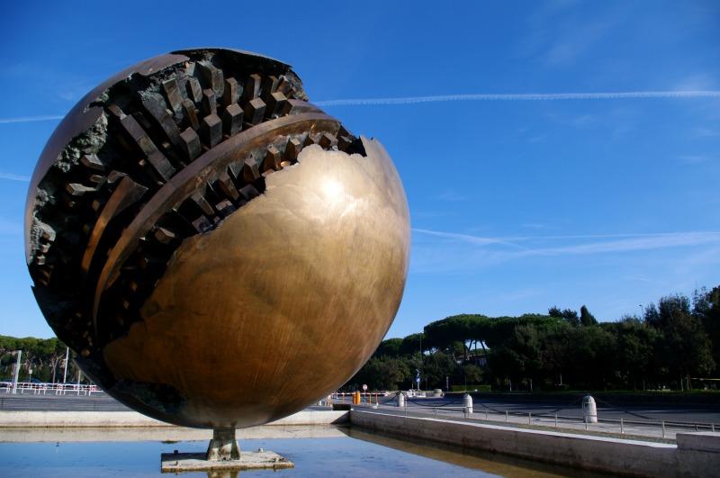 as-esculturas-de-pomodoro-em-roma-4