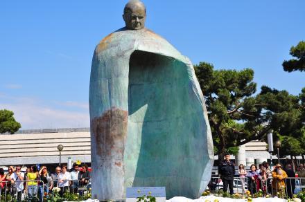 Statua_di_Giovanni_Paolo_II_Stazione_Termini