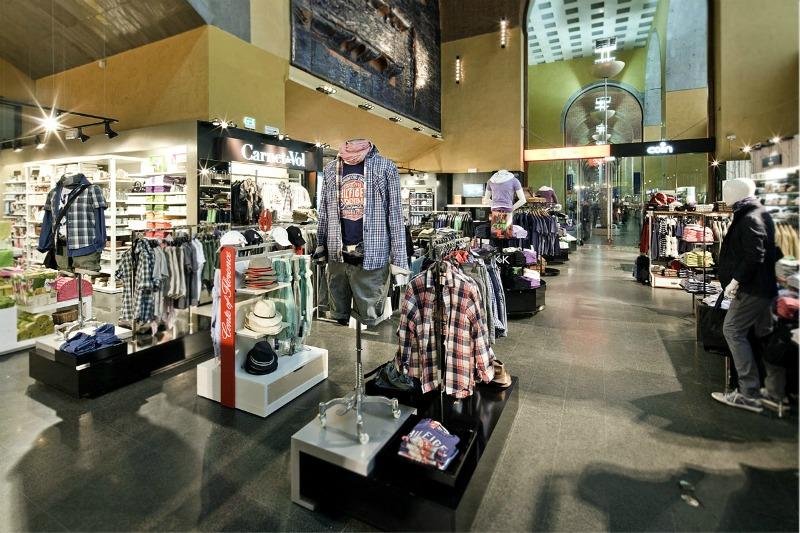 2de9093ac1a7b As lojas de shopping possuem uma mistura de marcas mais caras (não  necessariamente de luxo) e marcas de preço médio.