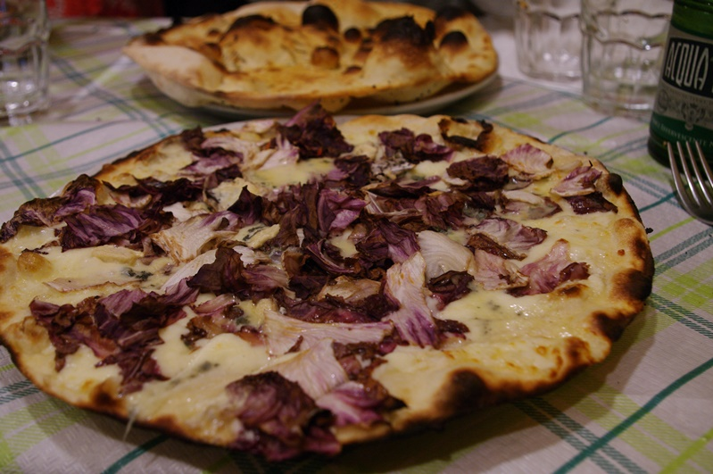 comer uma pizza no trastevere