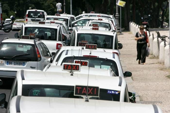 Os táxis oficiais também possuem um letreiro luminoso com a palavra TAXI | Crédito da Foto: site www.mollicone.it